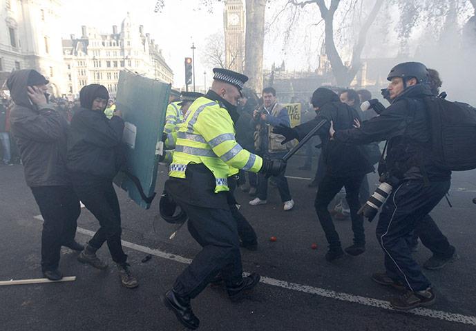 英政府通过学费上涨议案,再度引发暴力示威(组图) - 刻薄嘴 - 刻薄嘴的网易博客:看世界