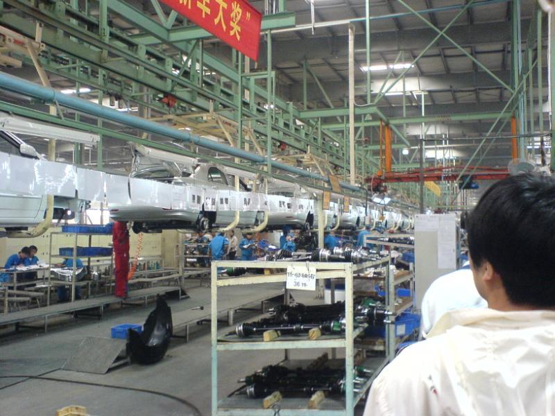 比亚迪f3的发动机,三菱制造   已经装配好的等待检测的比亚高清图片