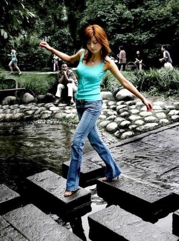 实拍美女在公园快乐游玩 - 营销魔术师 - 营销魔术师
