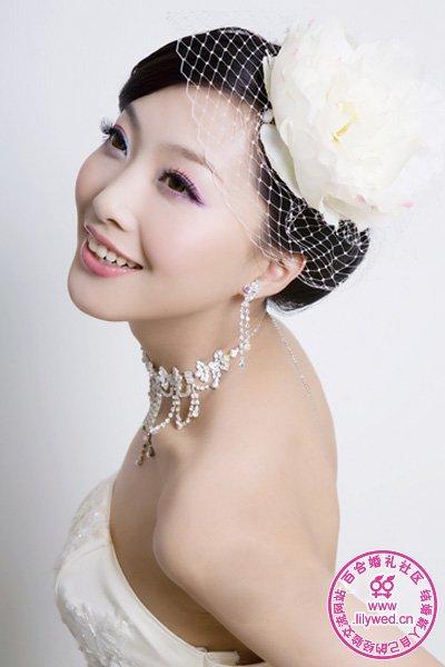 花朵和网状发饰组成的新娘头饰,颇有一番旧上海风情