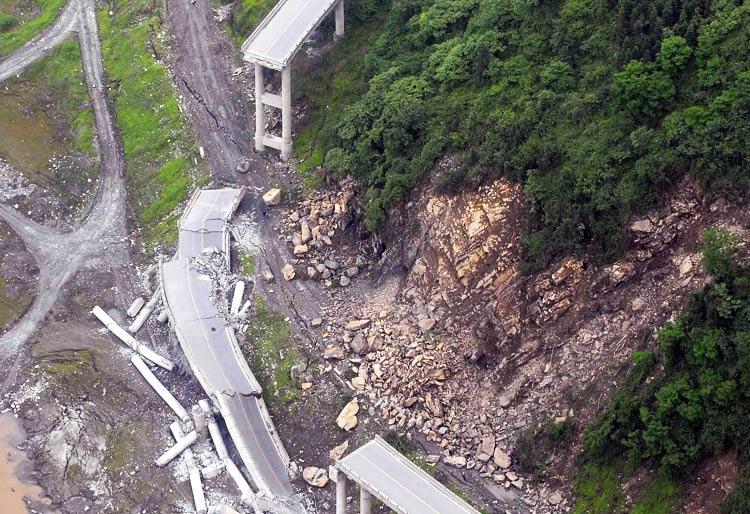 桥梁 不是荣耀的地标 应为灾难的脊梁 路人@行者