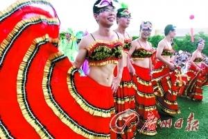③一群男员工穿上裙子加入游行。