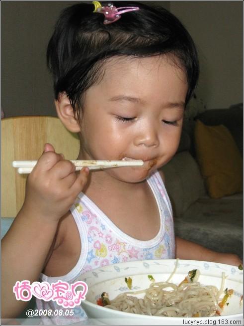 (原)恬恬会用筷子吃饭了(视频) - 恬心宝贝 - 恬宝贝的温暧小窝