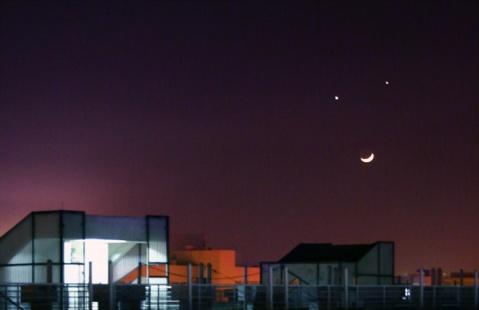 广大的夜空微笑 - 《新闻窗》编辑部 -         新闻窗
