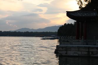 雨后夕阳洒在昆明湖上