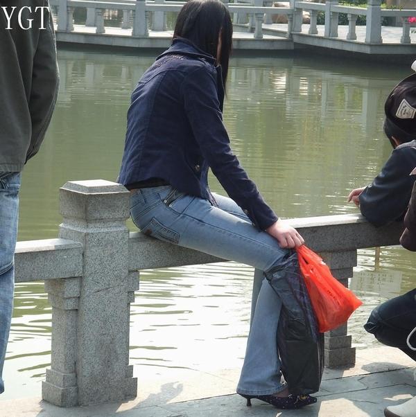 长发美少妇多角度展示性感紧身牛仔裤 - 源源 - djun.007 的博客