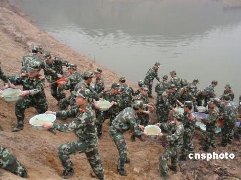 数千武警官兵投身抗旱 用盆端水浇苗 - 披着军装的野狼 - 披着军装的野狼