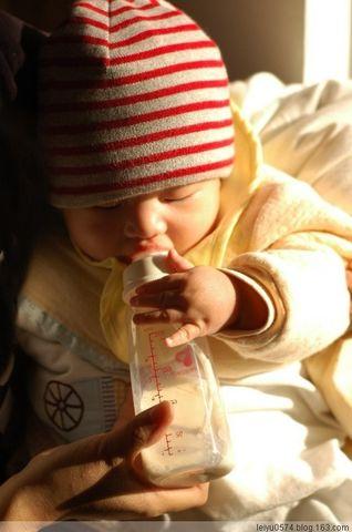 宝宝第一次捧奶瓶 - 雷雨 - 雷雨的博客
