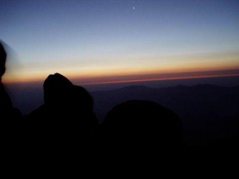周围一片漆黑,伸手不见五指,    坐在映月湖边,   我仰望天空,