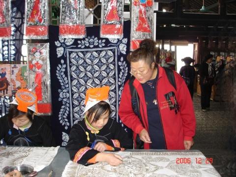 多少数民族一块舂米推磨、织布蜡染、雕刻绣花、跳舞歌唱,心情愉悦