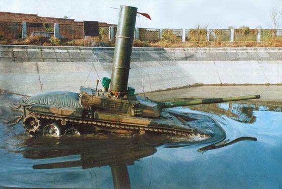 图文:99式主战坦克进行涉水潜渡试验
