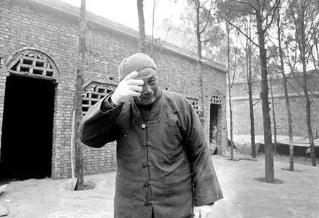 71岁老法师省吃俭用收留待宰狗,遭抢后绝食三天为其诵咒 - 回向众生 - 回向众生