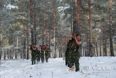解放军特战部队赤身浴雪进行耐寒训练 - 披着军装的野狼 - 披着军装的野狼