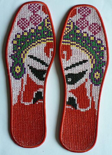 鞋垫只是在图案的针法上完全采用刺绣手法