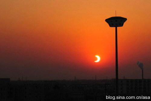 晚霞中的日偏食落日 - 懒蛇阿沙 - 懒蛇阿沙的博客