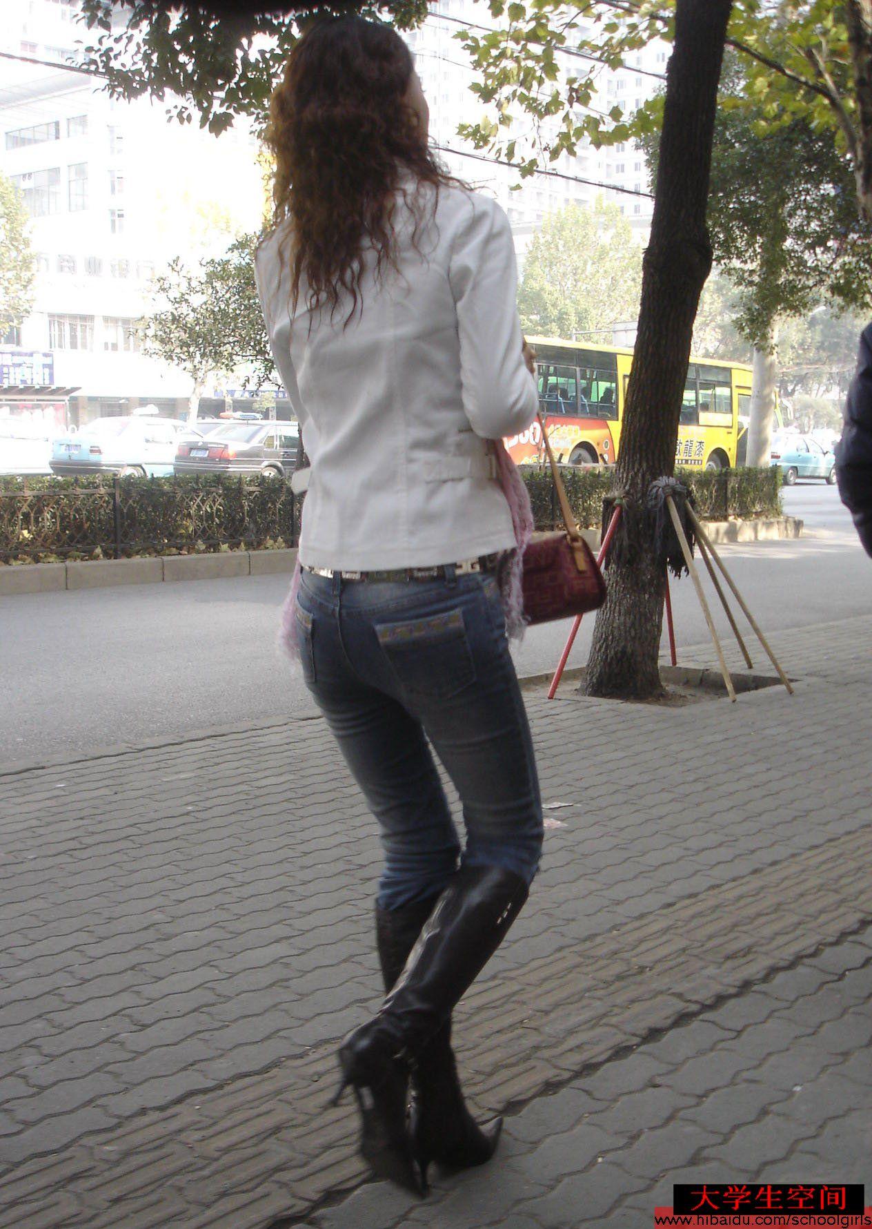 走在校园小径上的牛仔妹 - 源源 - djun.007 的博客