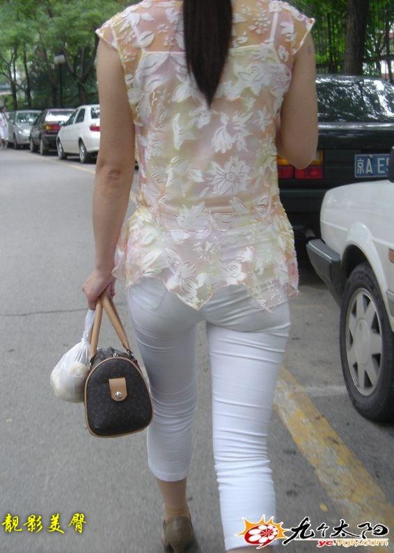 街拍白裤紧臀美女_