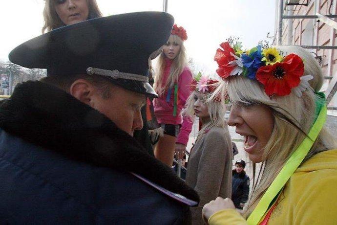 乌克兰女权组织美女成员街头脱衣抗议被捕(组图) - 刻薄嘴 - 刻薄嘴的网易博客:看世界