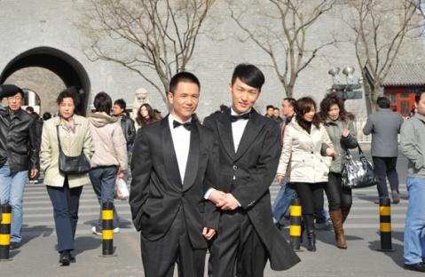 情人节男同性恋情侣当街拍摄结婚照 倡导同性婚姻 - 《点》杂志 - 《点》Chinese Gay Story