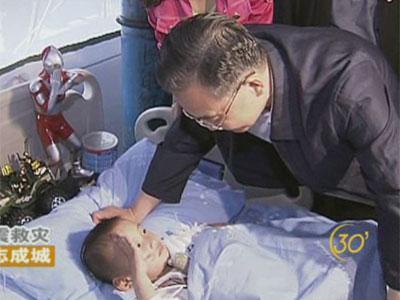 汶川地震救灾中的 敬礼男孩 三岁郎铮 组图