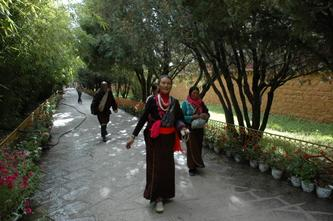 藏民游览罗布林卡