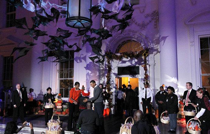 白宫里的万圣节派对,奥巴马夫妇给小朋友发糖果(组图) - 刻薄嘴 - 刻薄嘴的网易博客:看世界