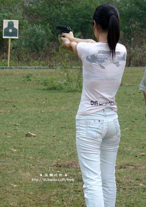实弹打靶的牛仔少女 很诱惑的屁股哦!