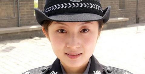 美女警察 - 披着军装的野狼 - 披着军装的野狼