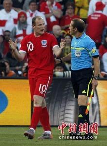 英国队员鲁尼与乌拉圭裁判申辩
