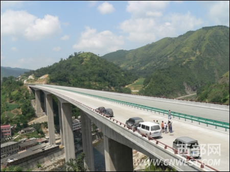 西汉高速进入最后冲刺 记者提前体验秦岭