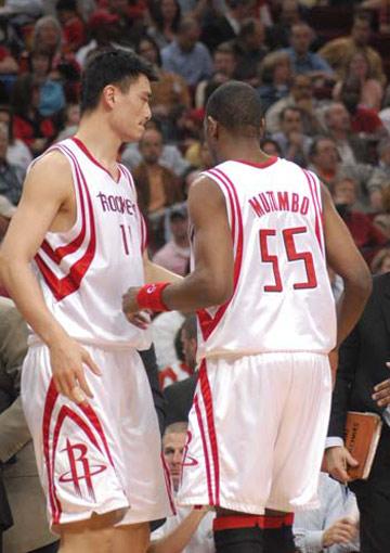 图文:[NBA]火箭VS太阳 姚明与穆大叔交流