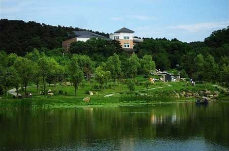 净月潭是长春东郊的一处国家aaaa级风景区,占地面积很大,有190平方