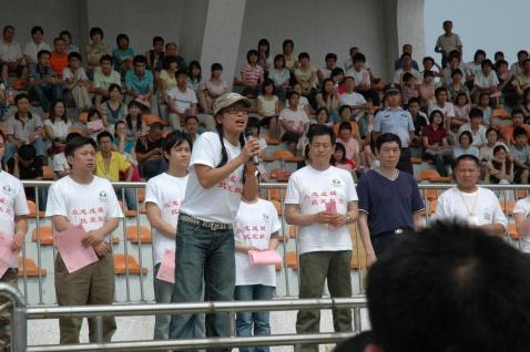 明星义工们与绵竹中学的学生在一起
