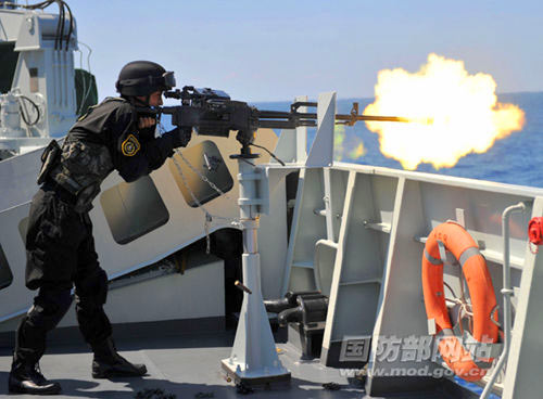 资料图:中国护航编队重机枪开火