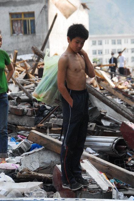 心酸,地震废墟中捡衣服穿的孩子(图) - 赵亚辉 - 赵亚辉