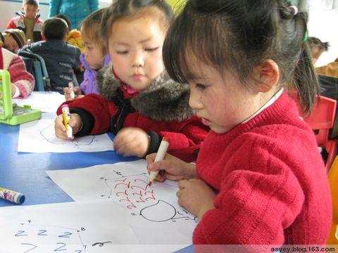 的情绪中练习了笔顺、笔画等枯燥的技能.我们非常高兴看到孩子们在