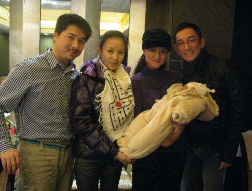 晒晒吴启华和宝贝女儿的满月照 - 老曾 - 老曾的博客
