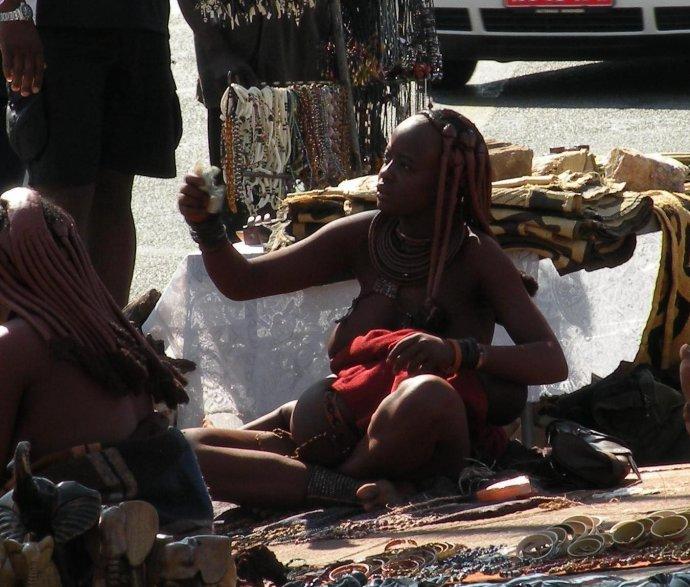 保持原始习俗的非洲妇女