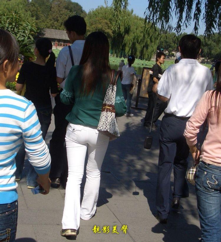 美少女的性感白色紧身裤 小屁股又圆又紧又翘
