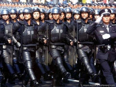 重装警察 - 披着军装的野狼 - 披着军装的野狼