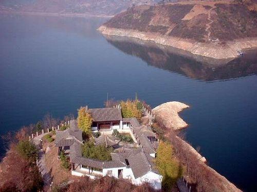 """瀛湖风景区旅游资源丰富,湖中有岛屿近百座,素有""""陕西千岛湖""""之称"""