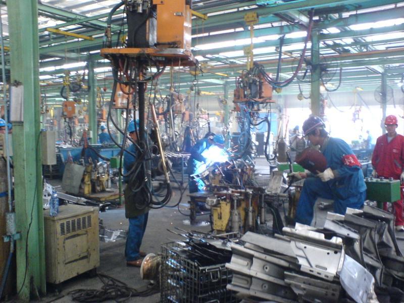 比亚迪f3的发动机,三菱制造   工人把各种零件组合到一起   高清图片