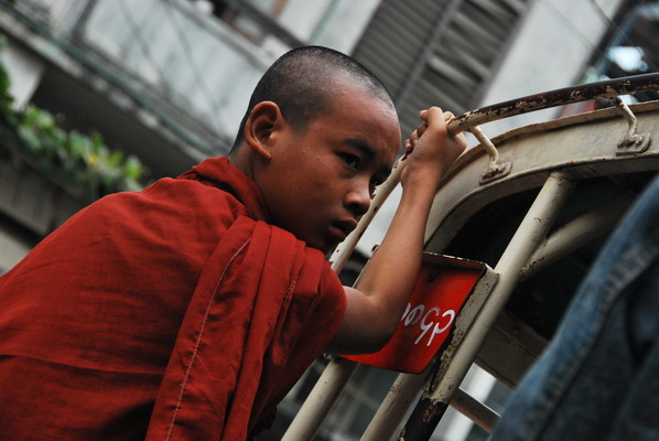 【缅甸7】偷拍:和尚化缘也壮观 - 行走40国 - 行走40国的博客