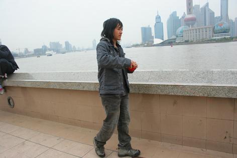 5000米之外——王军上海外滩行为作品《牵线》 - 安静的电吉他 - 王军 行为艺术