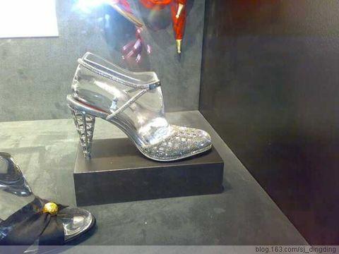 与一辆兰博基尼同价格的黄金凉鞋高清图片