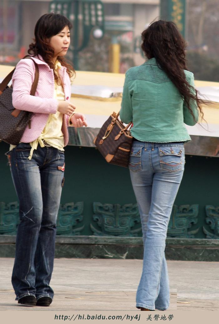 【转载】广场上两个美臀少女 - zhaogongming886 - 东方润泽的博客