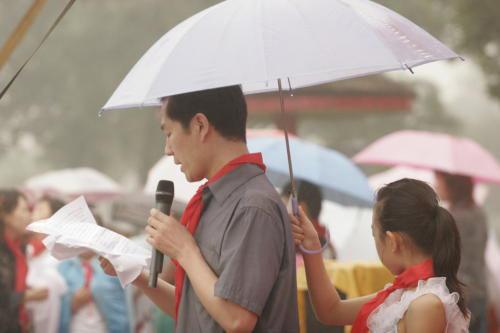 打伞组图引发轩然大波 网友热议谁该给谁打伞