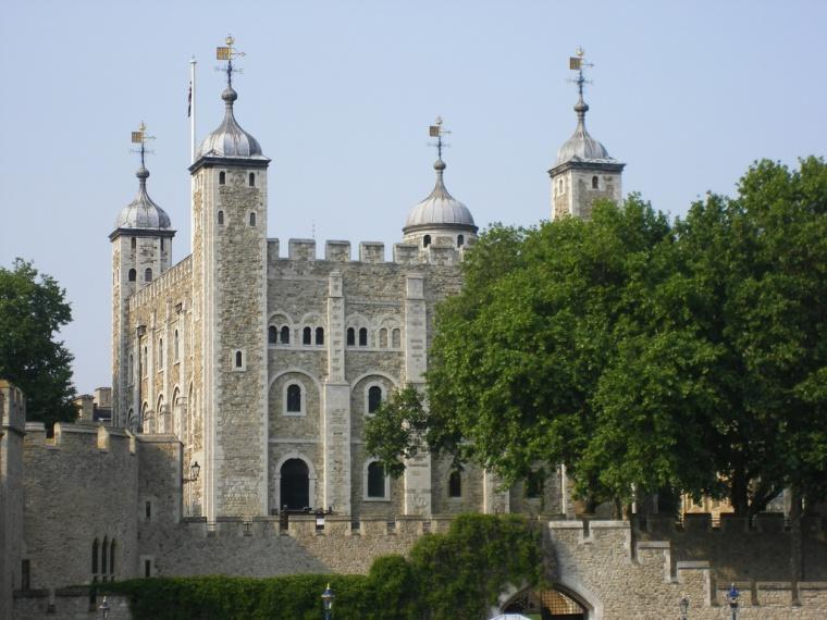 伦敦塔紧靠泰晤士河北岸的塔桥