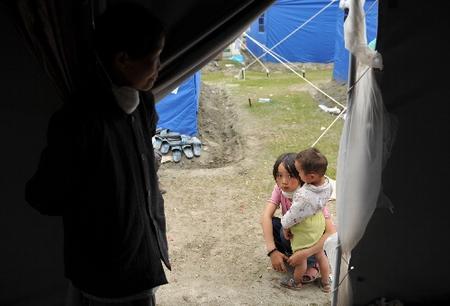 组图:灾区的孩子早当家