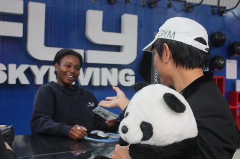 中国游客给美国人分发人民币 - 赵半狄 - 熊猫艺术家赵半狄的博客